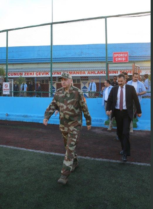 Ο Τούρκος Πρόεδρος με στολή παραλλαγής εισέρχεται σε στρατιωτική μονάδα στη μεθοριακή περιοχή, Χατάι Πηγή: AK Parti