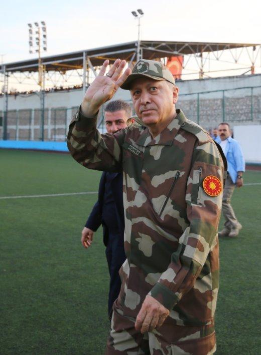 Ο Ρετζέπ Ταγίπ Ερντογάν με στρατιωτική στολή και το διακριτικό σήμα της προεδρίας Πηγή: AK Parti
