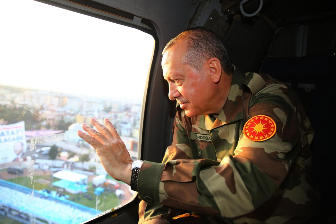 Ο Ρετζέπ Ταγίπ Ερντογάν με στρατιωτική στολή χαιρετά οπαδούς του μέσα από στρατιωτικό ελικόπτερο Πηγή: AK Parti