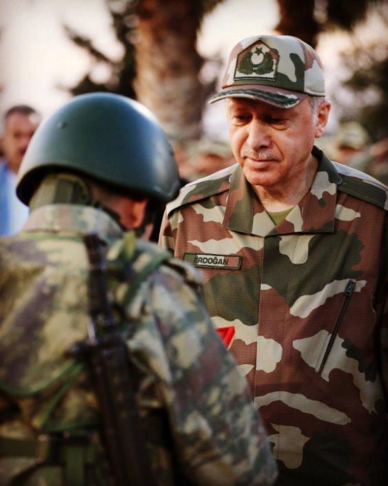 Ο Ερντογάν ως άλλος σουλτάνος μπροστά σε Τούρκο στρατιώτη που του υποβάλλει τα σέβη του Πηγή: via Twitter (@RT_Erdogan)