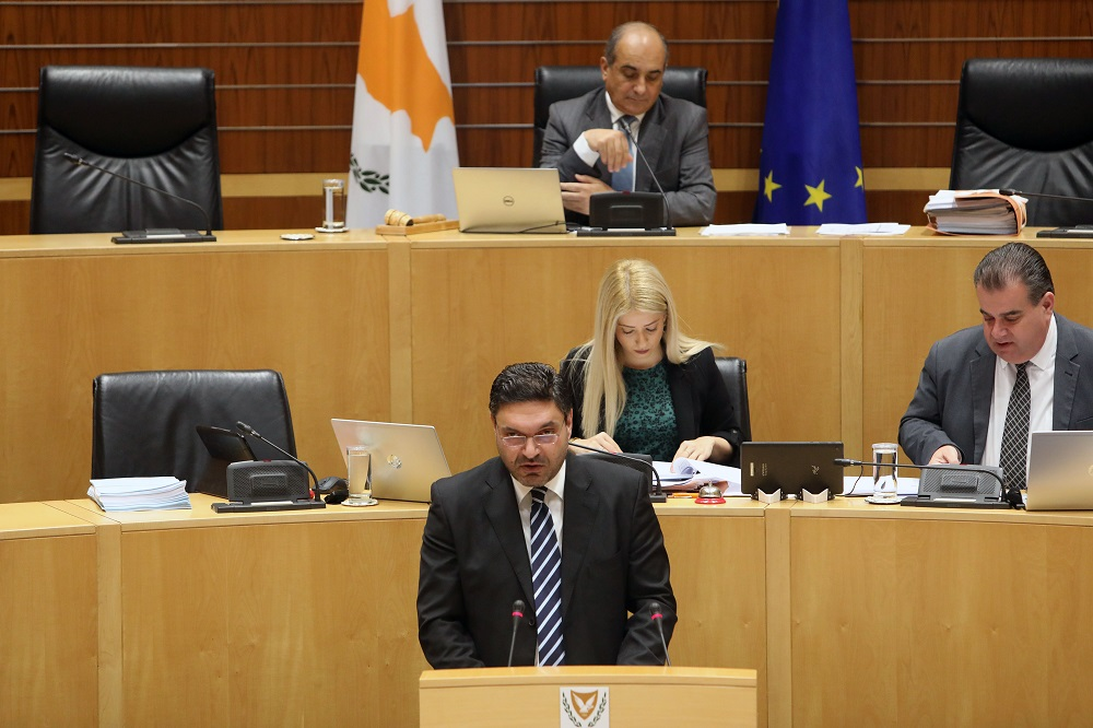 Ορατός ο κίνδυνος στάσης πληρωμών στην Κύπρο αν απορριφθεί ο προϋπολογισμός, λέει ο ΥΠΟΙΚ