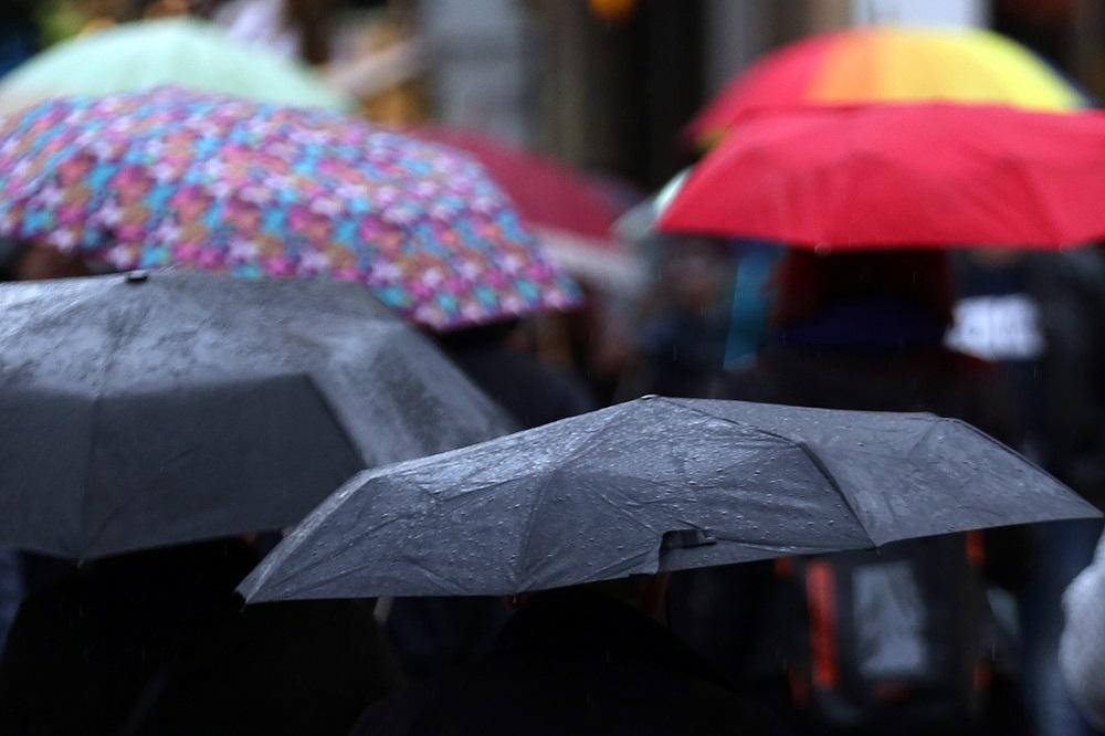 File Photo: Αθηναίοι περπατούν στη βροχή. ΑΠΕ-ΜΠΕ, ΟΡΕΣΤΗΣ ΠΑΝΑΓΙΩΤΟΥ