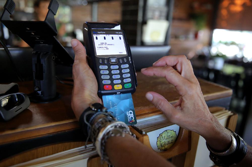 File Photo: Συσκευή POS σε εμπορικά καταστήματα. ΑΠΕ-ΜΠΕ/ΣΥΜΕΛΑ ΠΑΝΤΖΑΡΤΖΗ