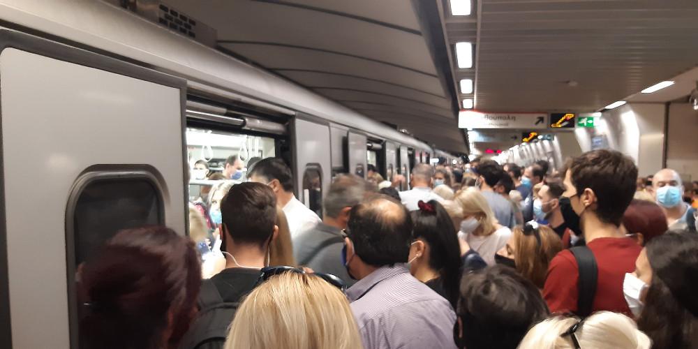 Συνωστισμός το πρωί της Τρίτης, 22 Σεπτεμβρίου 2020 στον σταθμό Μετρό Συντάγματος Photo via twitter.com/The_Fivestarter