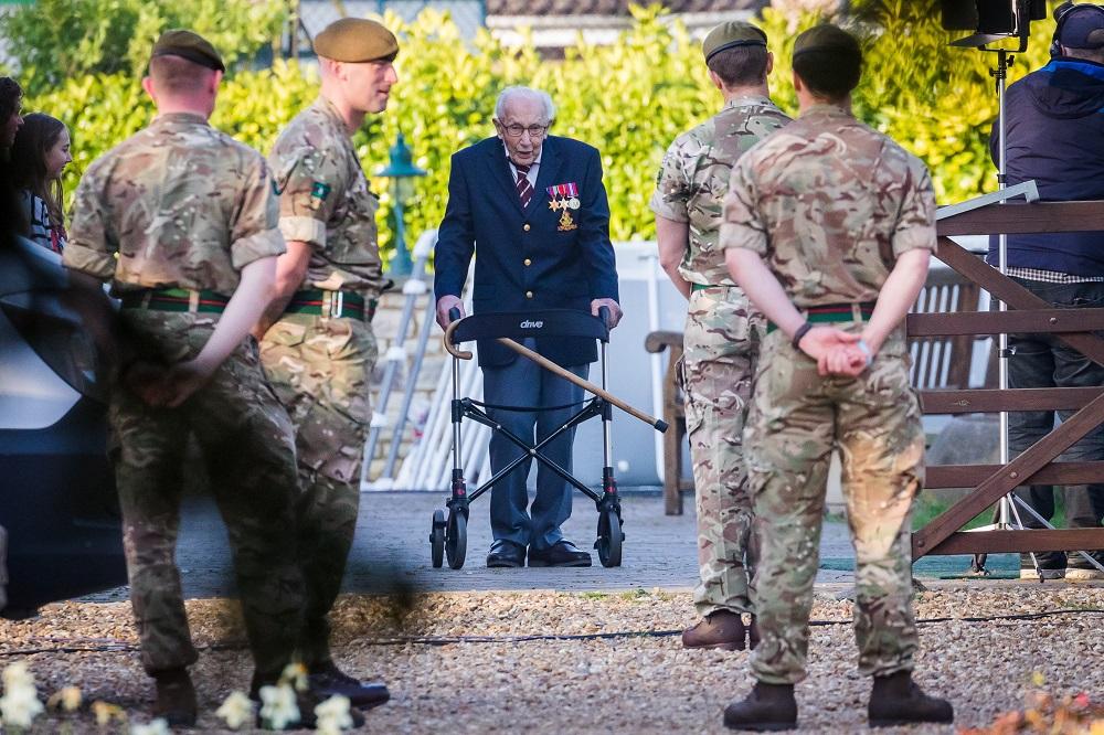 Σερ Τομ Μουρ: Νικήθηκε στα 100 του χρόνια απ' τον κορωναϊό ο Βρετανός ήρωας της πανδημίας | Hellasjournal.com